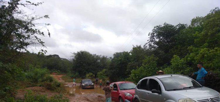 Carro atolado no Riacho Caipora