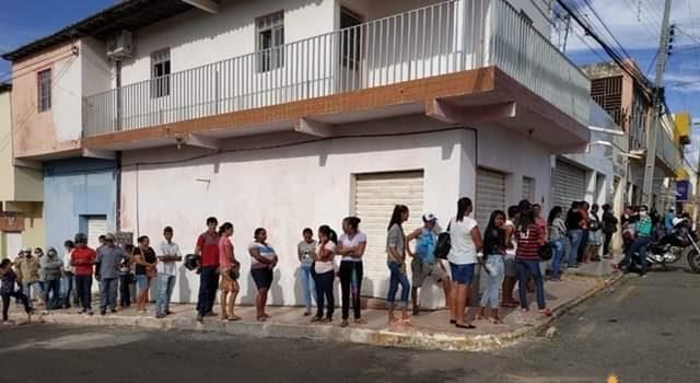 Prefeitura de Santa Cruz realiza entrega de máscaras e verifica temperatura nas filas de atendimento bancário