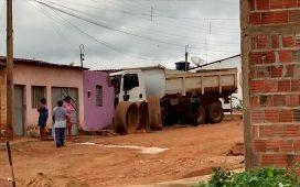 Caçamba da Prefeitura de Santa Filomena sem freio, invade casa no Socorro