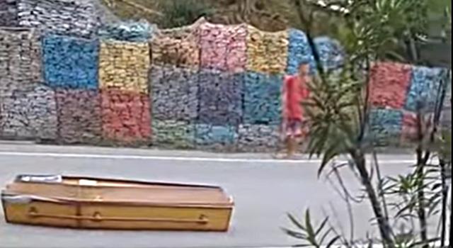 Em Cabo de Santo Agostinho, caixão cai de carro funerário na pista; vídeo