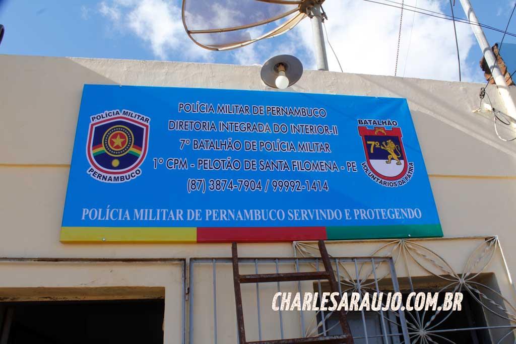 Placa instalada por comerciante no pelotão da Polícia Militar de Santa Filomena