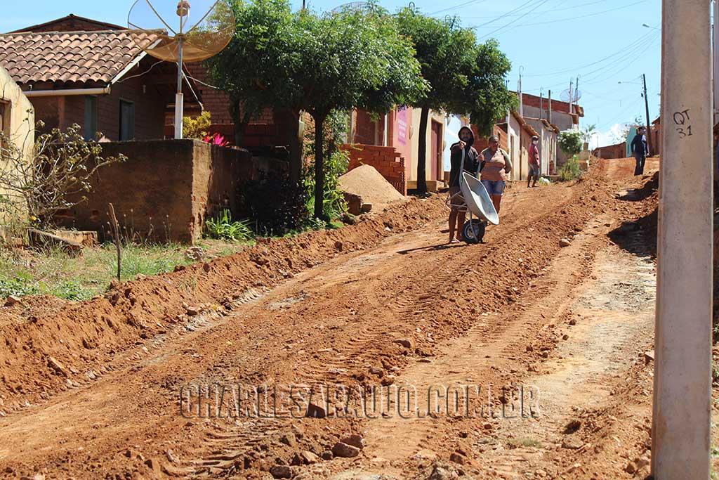 Prefeitura de Santa Filomena finalmente inicia primeiros metros de calçamento da atual gestão