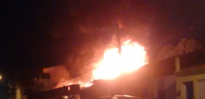 Incêndio destrói oficina de motos no Centro de Ouricuri durante madrugada desta 5ª (09)