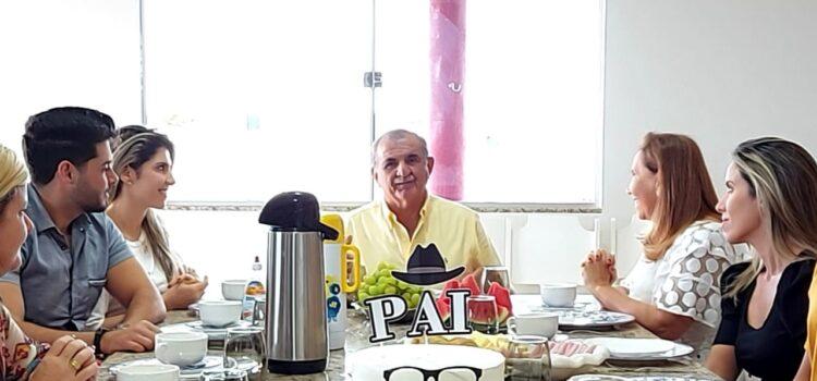 Adalberto Cavalcanti é recepcionado pelos filhos em café da manhã especial Dia dos Pais