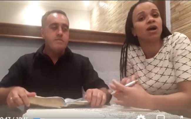 Pastor agride esposa em live sem perceber que estava ao vivo; 'Paz do Senhor'