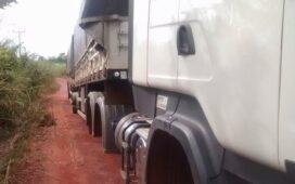 Policiais militares recuperam carreta roubada e sem os pneus na zona rural de Parnamirim
