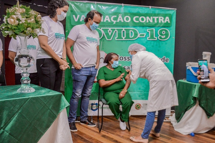 Ouricuri inicia vacinação contra Covid-19; Técnica de Enfermagem é a primeira imunizada