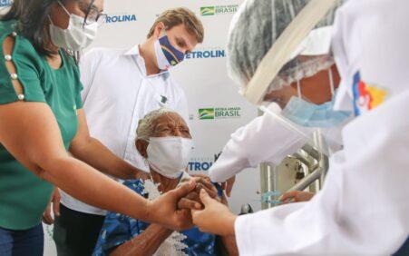 Idosa de 104 anos recebe vacina e marca início da imunização contra covid-19 em abrigos de Petrolina