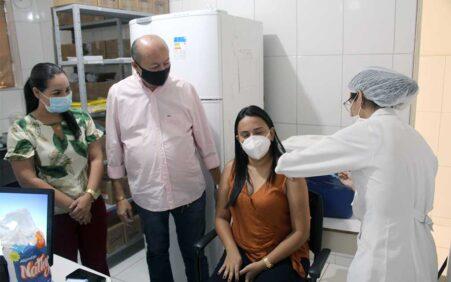 Prefeito Gildevan acompanha primeira etapa de vacinação em Santa Filomena