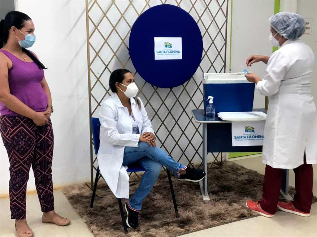Vídeo da 1ª dose da vacina contra o Coronavírus em…