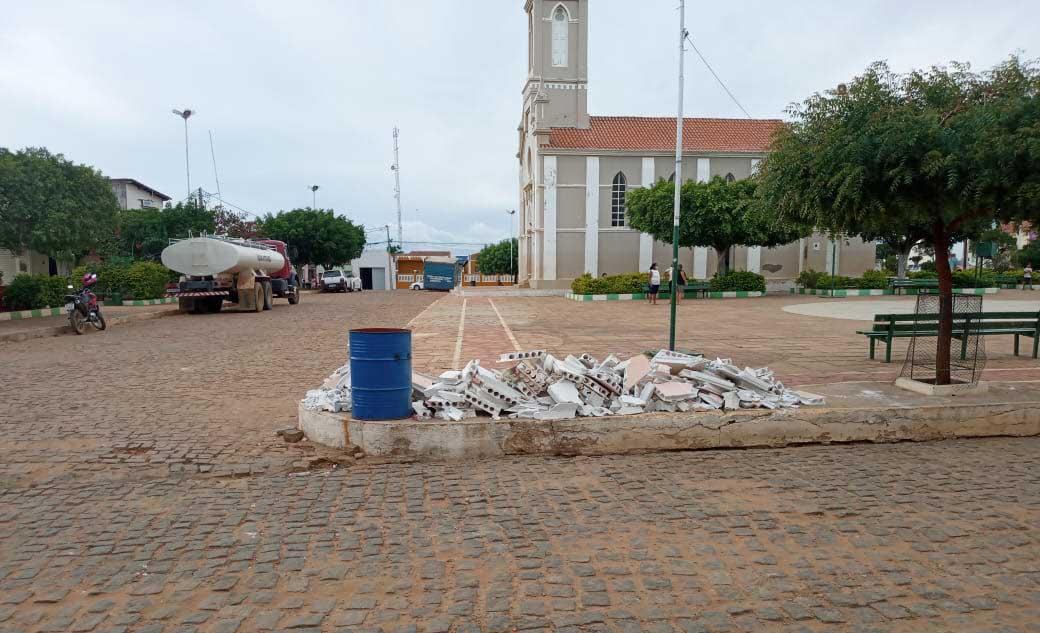 Falsa denúncia tenta expor Prefeitura por resíduos jogados em praça pública