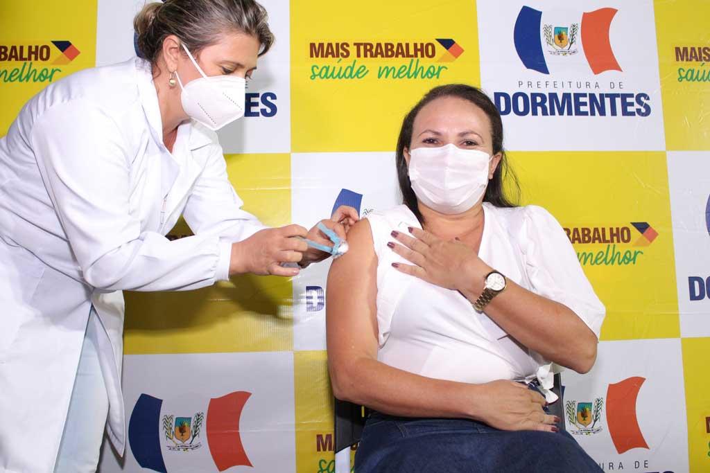 Uma dose de esperança: Técnica de enfermagem e médico são os primeiros vacinados contra Covid-19 em Dormentes