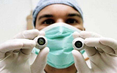 Primeiro transplante de córnea artificial do mundo restaura visão de homem cego