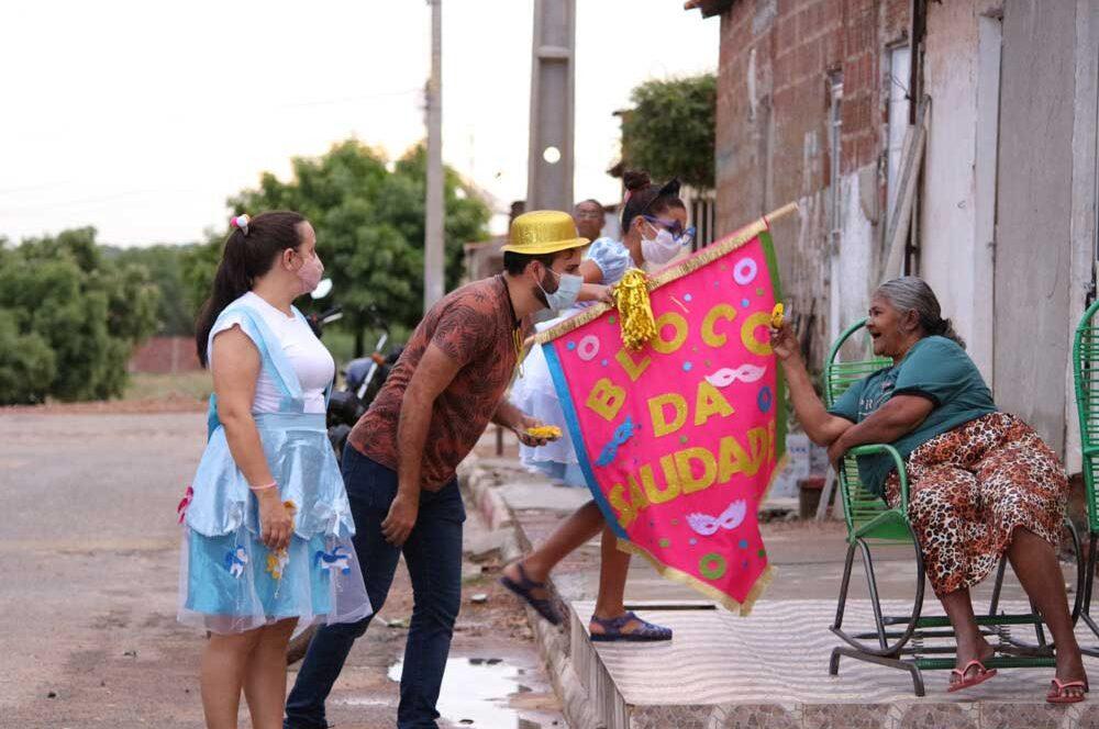 Já é carnaval! Bloco da Saudade leva carinho e alegria aos idosos em Dormentes