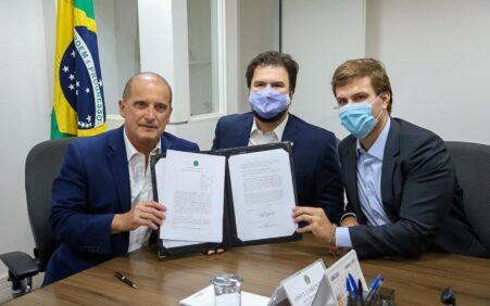 Miguel e Fernando Filho são recebidos por ministro Onyx Lorenzoni para formalizar construção de complexos esportivos