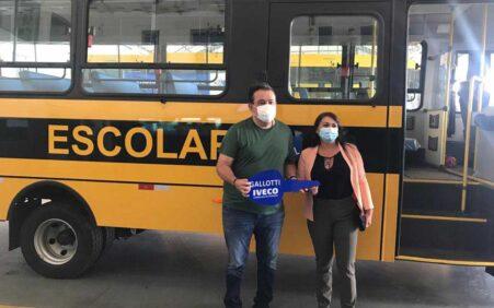 Deputado Sebastião Oliveira contempla o Município de Santa Cruz com mais um ônibus escolar